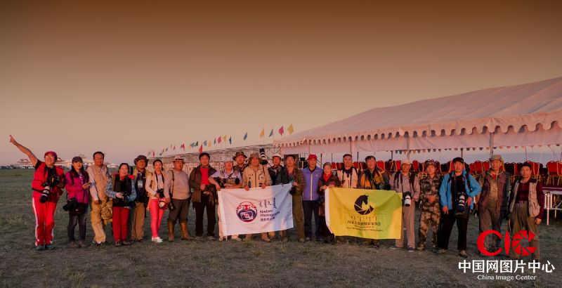 内蒙古旅游摄影家协会及内蒙古赴阿巴嘎黑马节釆风的摄影家在赛场合影。