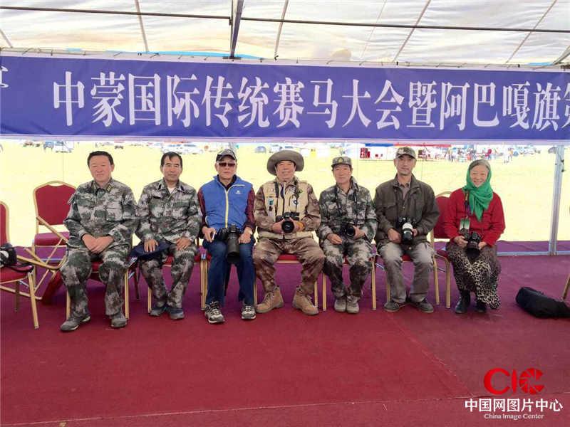 额博、贺福元、金梅、黄宝玺与乌兰察布摄影家在中蒙国际赛马节相聚。