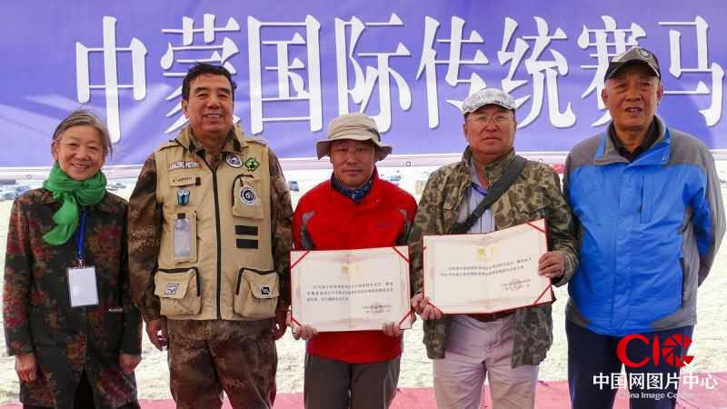 额博、贺福元为和平、呼努苏图颁发内蒙古旅游摄影家协会聘书。
