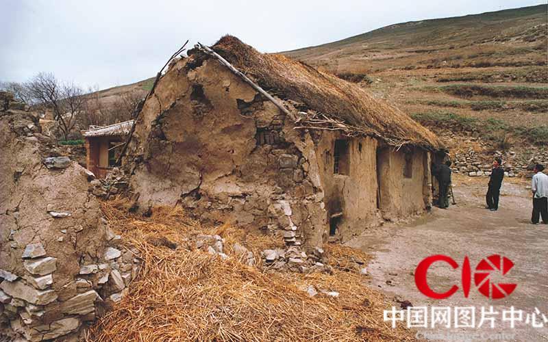 """2002年以前张志民的家住在被誉为""""苦瘠甲天下""""的宁夏西海固地区,这里地处黄土高原干旱区,水源奇缺,年平均气温在3℃—零下8℃之间,一年当中时常会出现气温39.9℃极高和零下30℃极低的日子,农作物和动物根本无法长时间生存,这里曾被联合国粮食开发署确定为世界上""""最不适宜人类生存的地区之一""""。当地居民们以前就只能住在黄沙垒起来的窑洞里,第一次见到张志民的时候他对我说""""这房子都快塌了,只好用这个木柱子顶住。"""""""