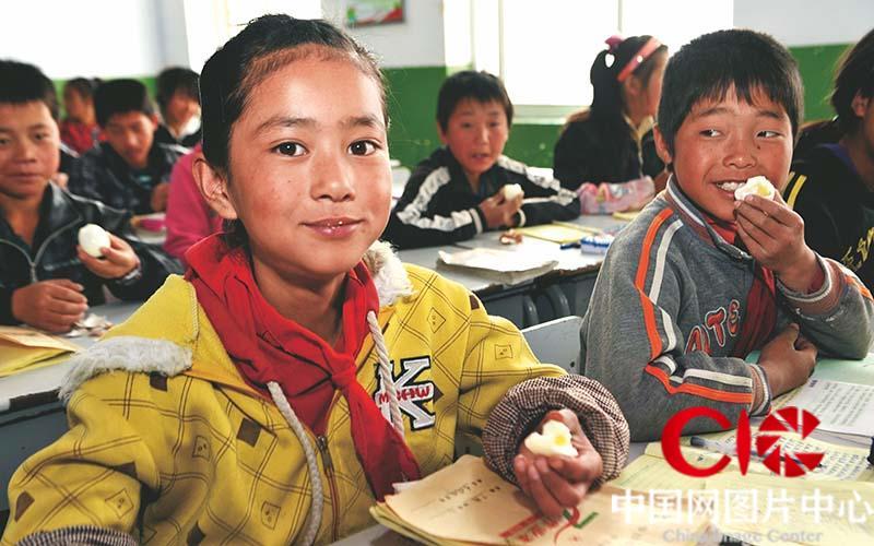中小学生享受到免费营养早餐。