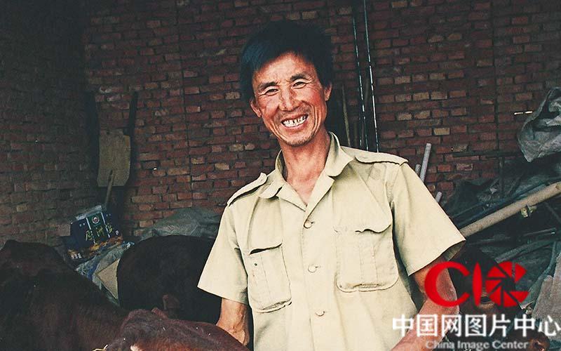 2003年盛夏,第四次见到张志民。走出大山的他搬迁到了卫宁平原,还贷了款搞起养殖业。