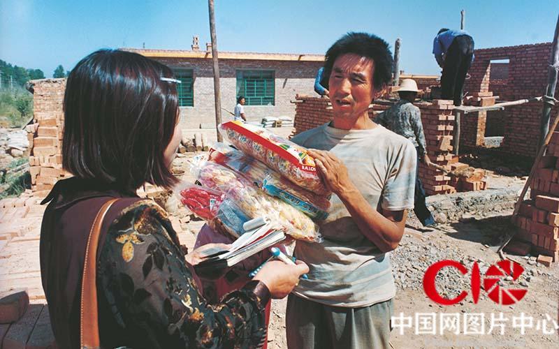 第三次见到张志民,他正在从一辆货车上卸下很多货,他们全家人正式住进了政府给搭起来的砖房。