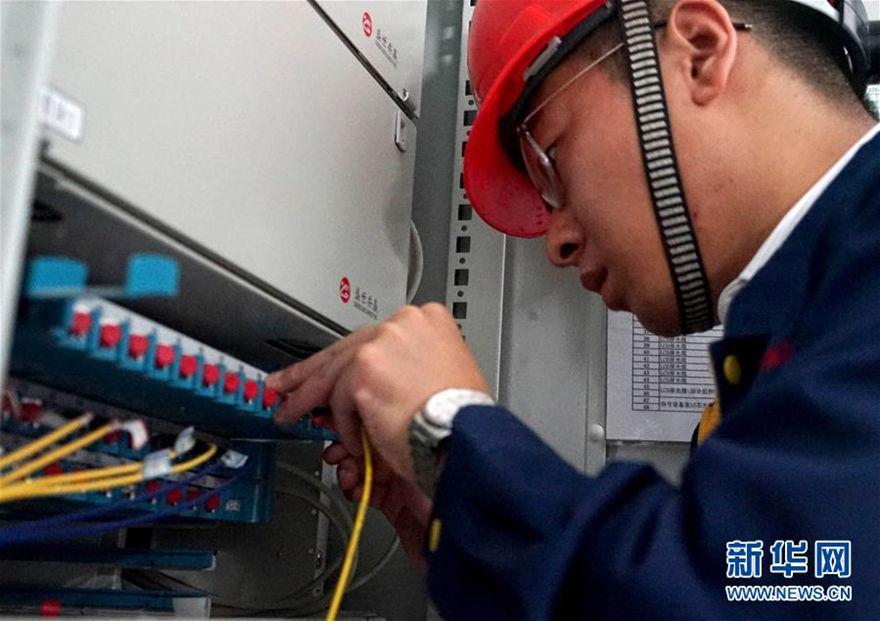 郑州 地铁/8月12日晚,中铁电气化局三公司的工作人员在对郑州地铁2号线的...