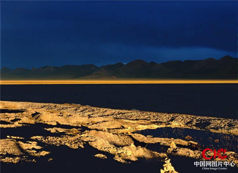 2004年8月,西藏,納木錯,下午陰雲密布,經過6個小時的等待,與落日相見了15分鐘。