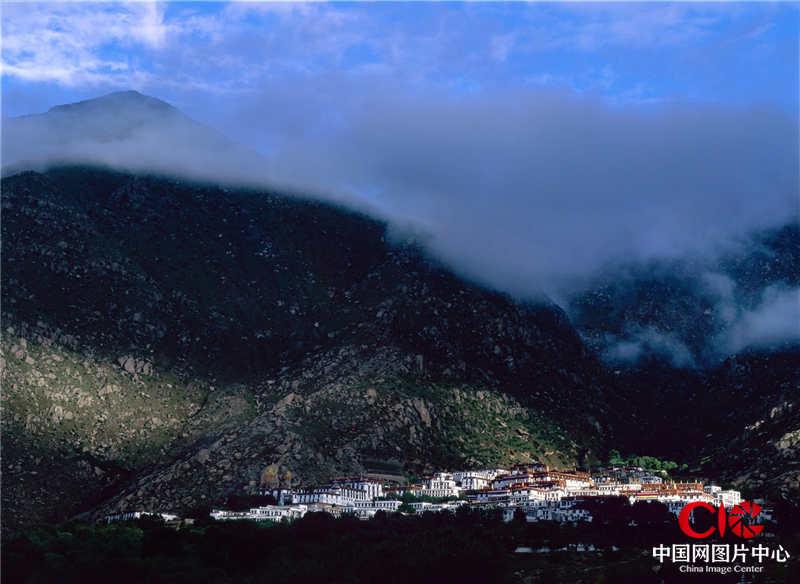 2004年8月,西藏,拉薩,哲蚌寺,早上,我身處雨中,對面的哲蚌寺被陽光打亮。