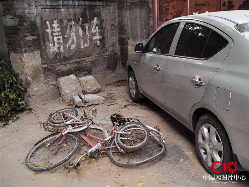 我拍摄了这些荒弃在胡同里的自行车,拍摄过程中,我的某段记忆不断被激活。而更多的人行色匆匆,已经无暇回忆了。摄影:汪力迪