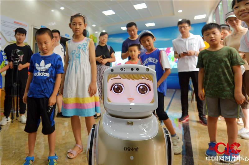 """山东青岛: 智能机器人开讲""""垃圾分类""""知识小课堂_图片中心_中国网"""